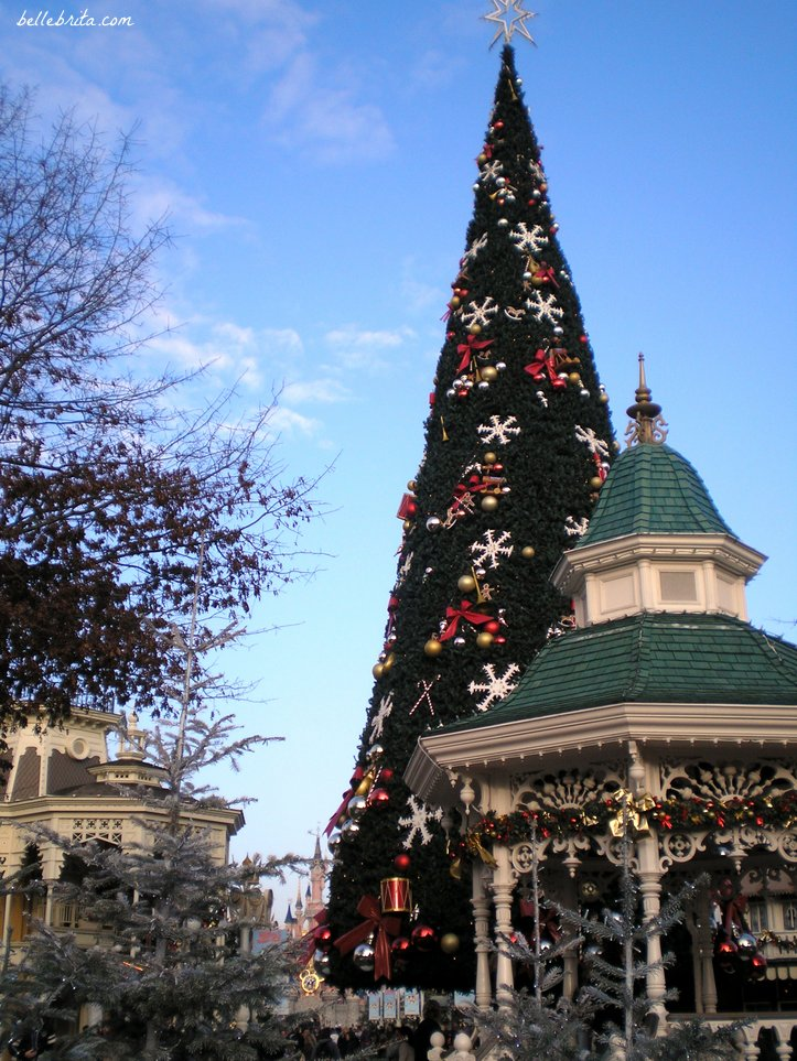 Disneyland Paris is a sight to see during the holiday season! | Belle Brita