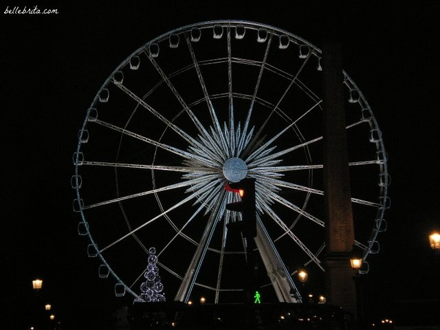 Paris's giant ferris wheel is a Christmas tradition along the Champs Elysées. | Belle Brita