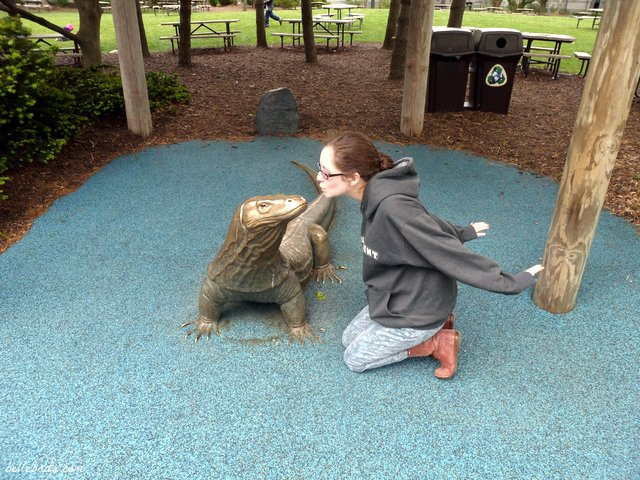 I love taking photos with bronze animal statues when I go to the zoo! | Belle Brita