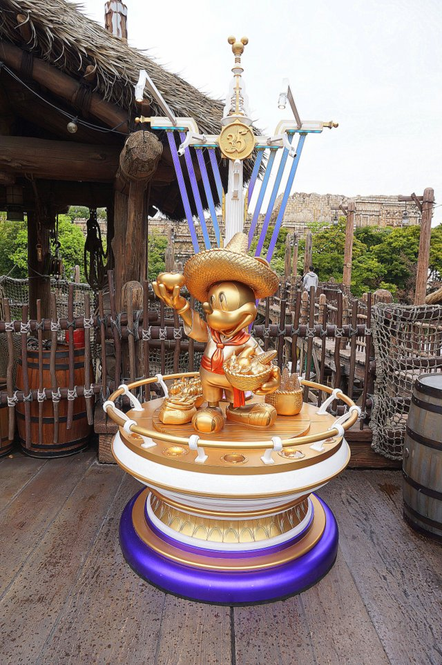 Tokyo DisneySea Golden Mickey Lost River Delta | To celebrate 35 years of Tokyo Disneyland, Tokyo DisneySea features golden Mickey Mouse statues around the park. So beautiful! | Belle Brita #Tokyo