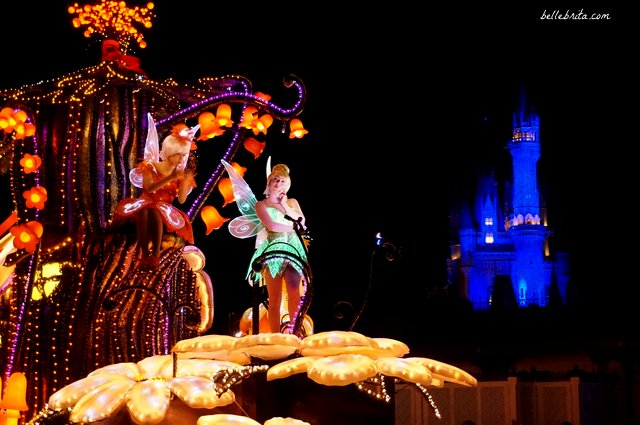 Tokyo Disneyland Electrical Parade Dreamlights review | Tinkerbell and the other fairies with Cinderella's Castle in the background | Belle Brita