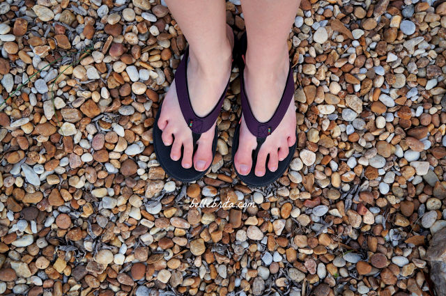 Custom sandals and custom shoe insoles are the perfect gift for travelers! In this travel gift guide, I review Wiivv custom sandals. | Belle Brita